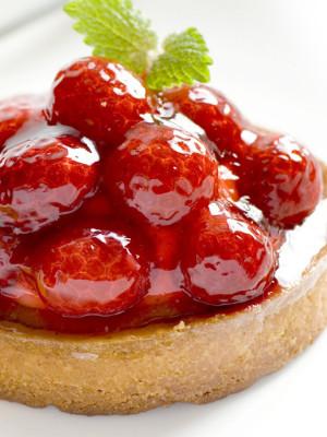 клубничный десерт с листиком мяты с использованием стабилизатора дело вкуса