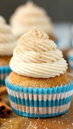 кондитерские сливки дело вкуса как украшение на кексах с сахаром и палочками корицы