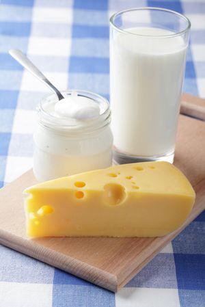 кисломолочные продукты: сметана, кефир, сыр на деревянной доске, произведенные с использованием стабилизаторов дело вкуса