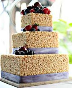 торт, украшенный ягодами и рисовыми шариками дело вкуса