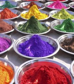 сухие пищевые добавки дело вкуса разного цвета в металлических тарелках