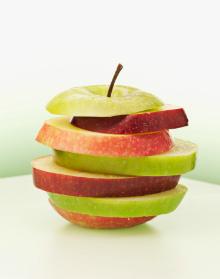 порезанные яблоки разных сортов в качестве сырья для яблочного пектина дело вкуса